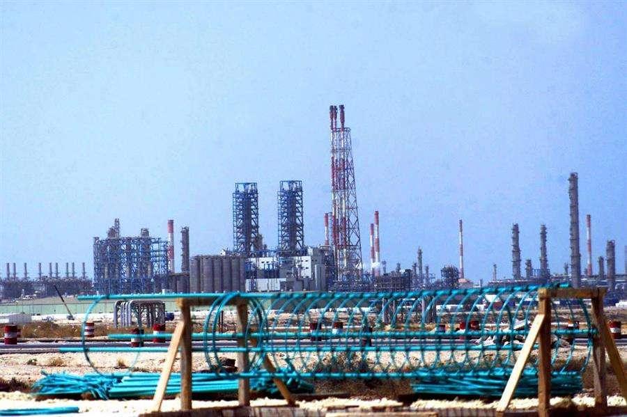 Foto de archivo de una refinería en el este de Arabia Saudí. EFE