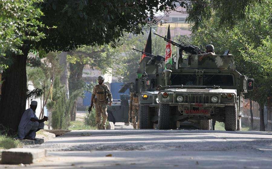 La explosión abrió paso a los otros dos insurgentes, que murieron durante el tiroteo con las fuerzas de seguridad en el interior del edificio, según el portavoz. EFE