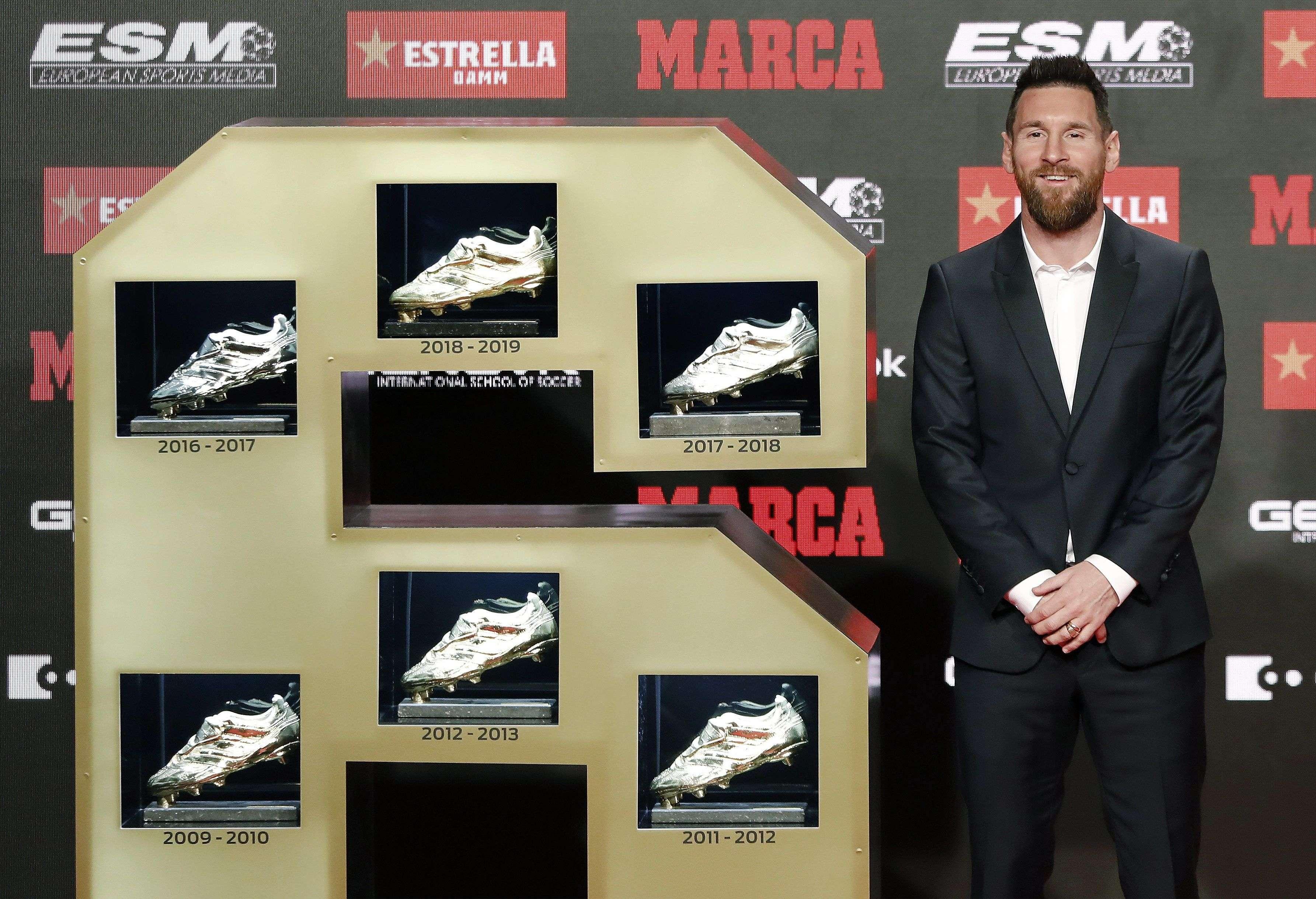El delantero del FC Barcelona Lionel Messi posa tras recibir la Bota de Oro que le acredita como el máximo goleador de las ligas europeas de la temporada 2018-19. Foto: EFE