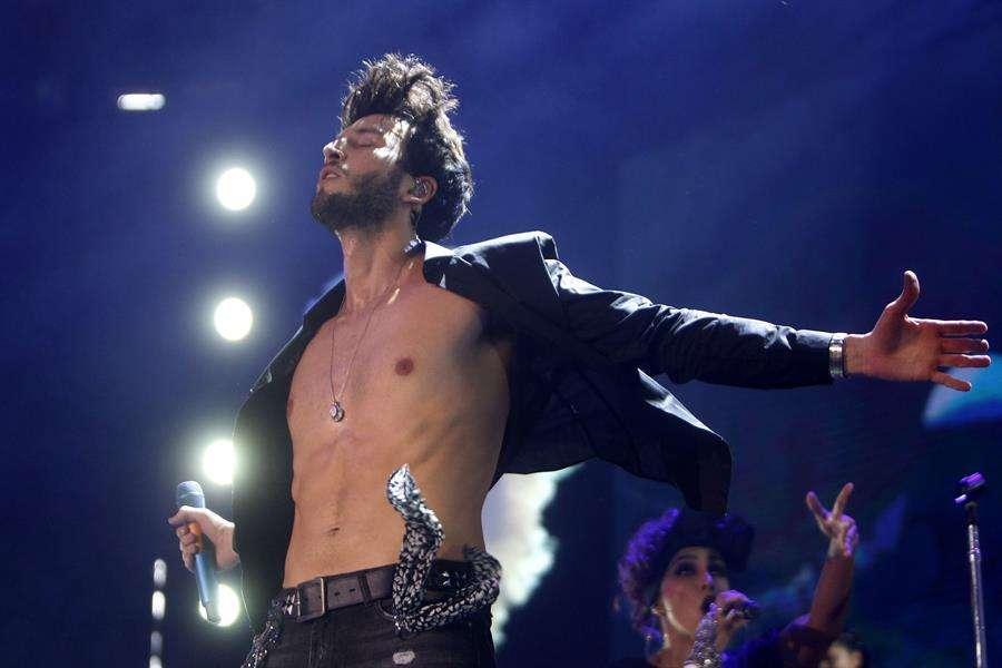 """El cantante colombiano Sebastián Yatra se presenta durante su concierto de la gira """"Yatra Yatra Tour"""" en Medellín (Colombia). EFE"""