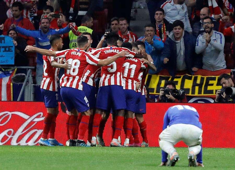 Los jugadores del Atlético festejan la primera anotación. /EFE