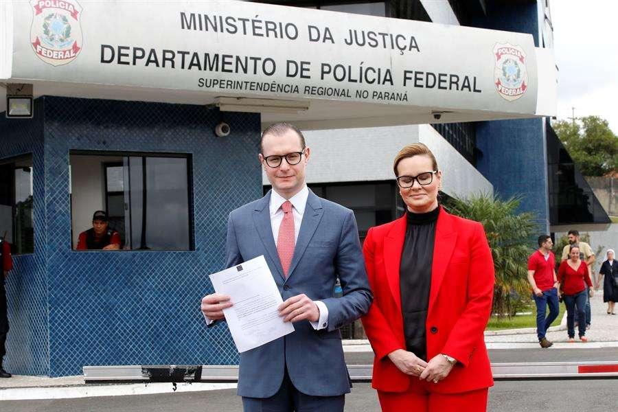 En la imagen los abogados del expresidente Luiz Inácio Lula da Silva, Cristiano Zanin Martins (i) y Valeska Teixeira Zanin Martins (d). EFE