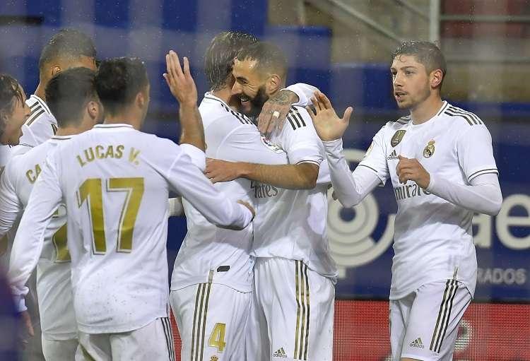 Karim Benzema celebra su gol ante el Eibar. Foto: AP