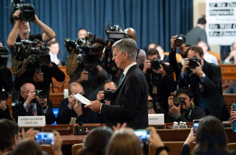 El embajador interino de EE.UU. en Ucrania, Bill Taylor (c), fue registrado este miércoles, a su llegada a testificar a las primeras audiencias contra Donald Trump. EFE