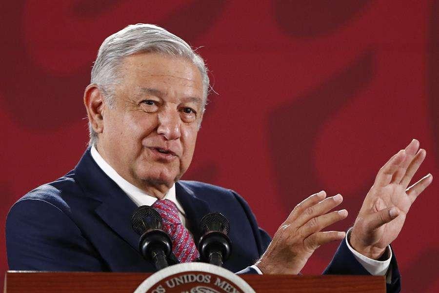 El presidente de México, Andrés Manuel López Obrador, habla durante su conferencia de prensa matutina este jueves, en Palacio Nacional, en Ciudad de México. EFE