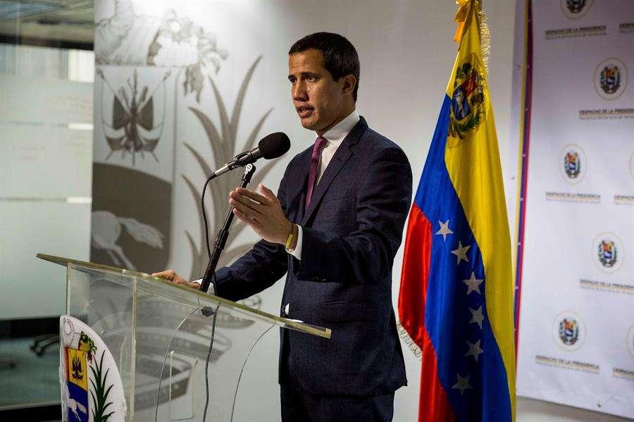 El presidente de la Asamblea Nacional de Venezuela, Juan Guaido, pronuncia un discurso durante un evento político este lunes en Caracas (Venezuela). EFE