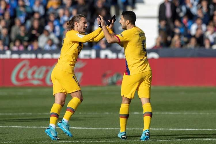 Luis Suárez (d), festeja su gol con Antoine Griezmann. Foto: EFE