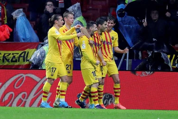 El delantero argentino del FC Barcelona Leo Messi celebra con sus compañeros su gol. Foto: EFE