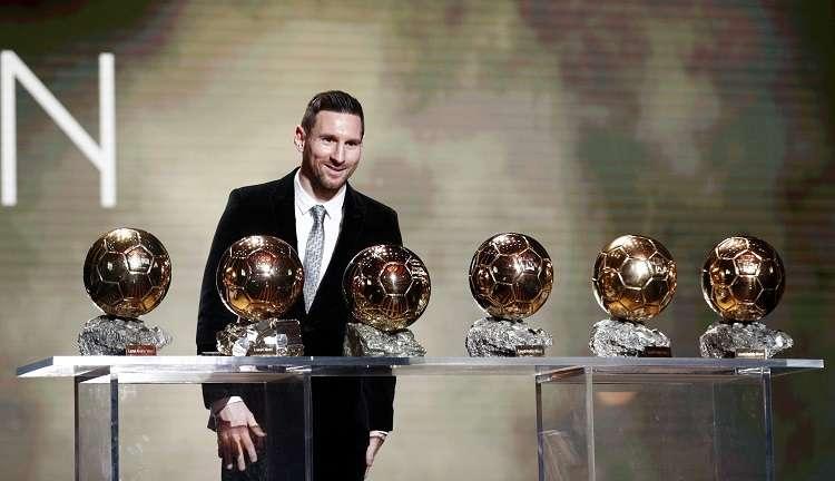 Lionel Messi posa con su seis Balón de Oro. Foto: AP