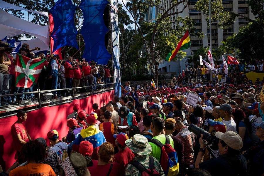 Simpatizantes del oficialismo se manifiestan este martes contra el Tratado Interamericano de Asistencia Recíproca (TIAR), en Caracas. EFE