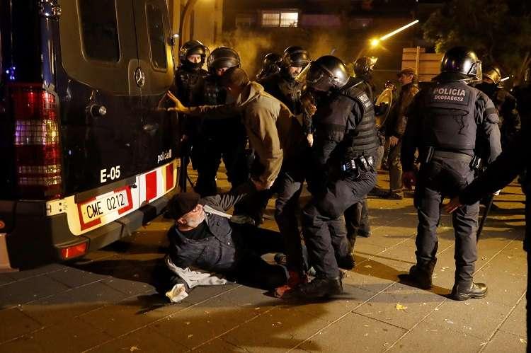 Incidentes en los aledaños del Camp Nou. Foto: EFE