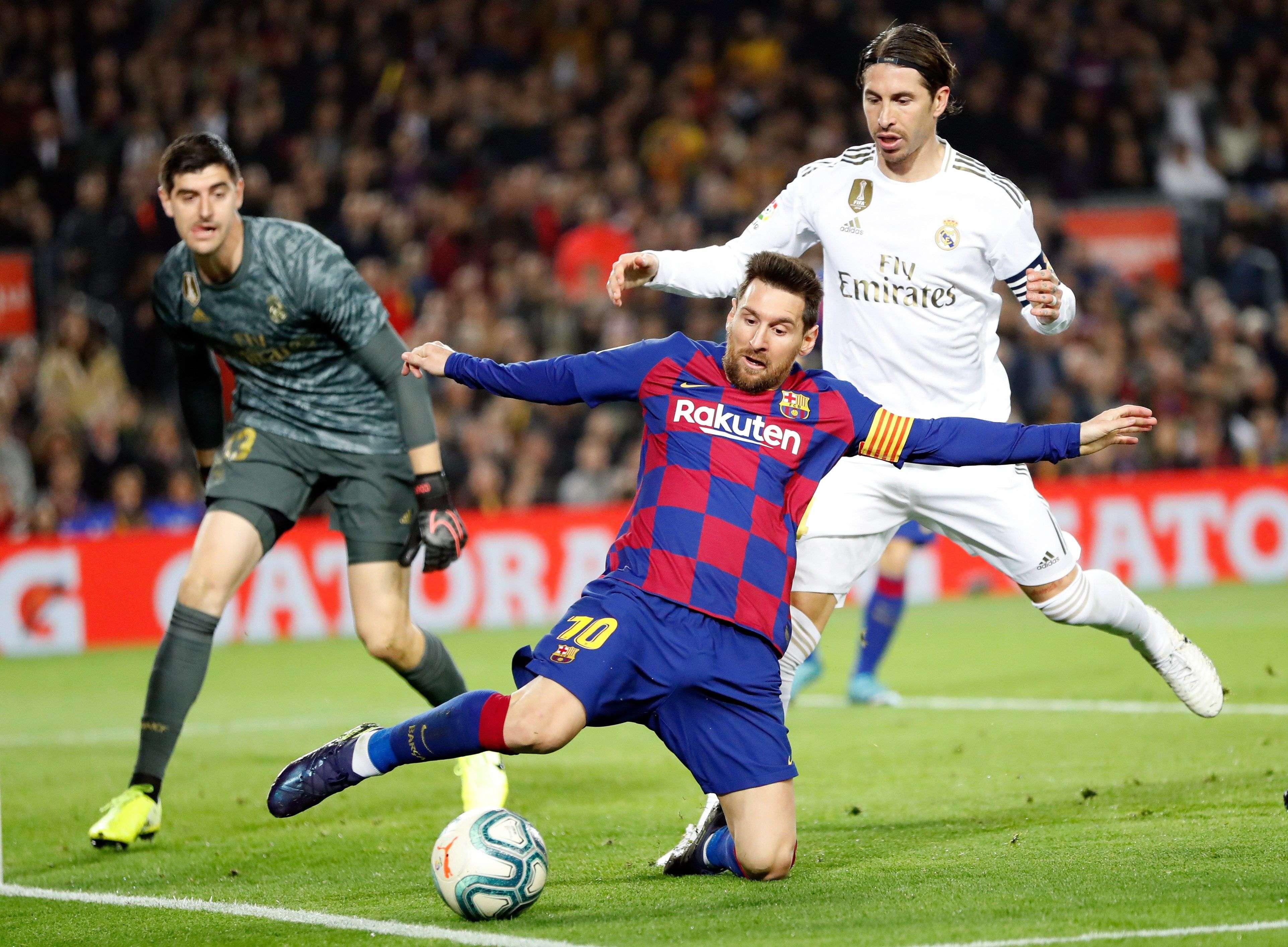 Lionel Messi (c) y Sergio Ramos disputan el balón. Foto: EFE