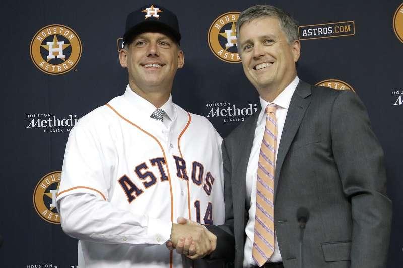 AJ Hinch (izq.) y Jeff Luhnow. / Foto AP