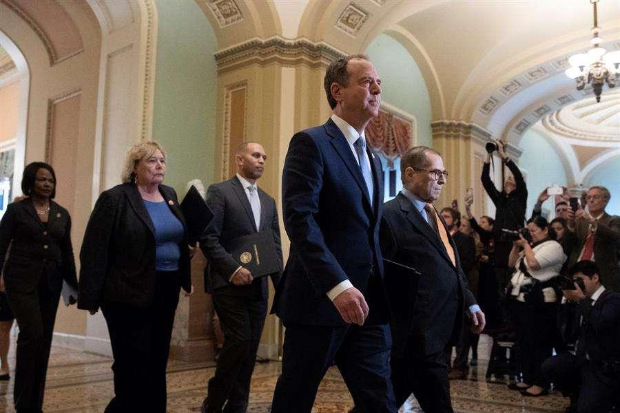 Los encargados de la acusación caminan a la cámara del Senado antes de jurar, en el Capitolio de los Estados Unidos en Washington, DC.  Foto: EFE
