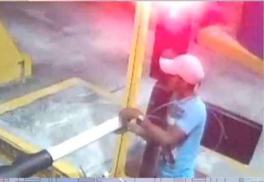 Una de las cámaras de ENA mostró cuando amarraba la barra de la caseta de peaje, a fin de impedirle el paso con la intención de atracar a una mujer. La víctima se percató a tiempo y pudo evitar el asalto.