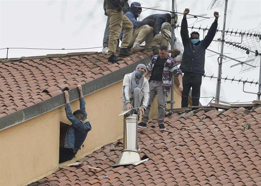Los detenidos protestan en los techos de la prisión de San Vittore en Milán, en el norte de Italia, el 09 de marzo de 2020. EFE