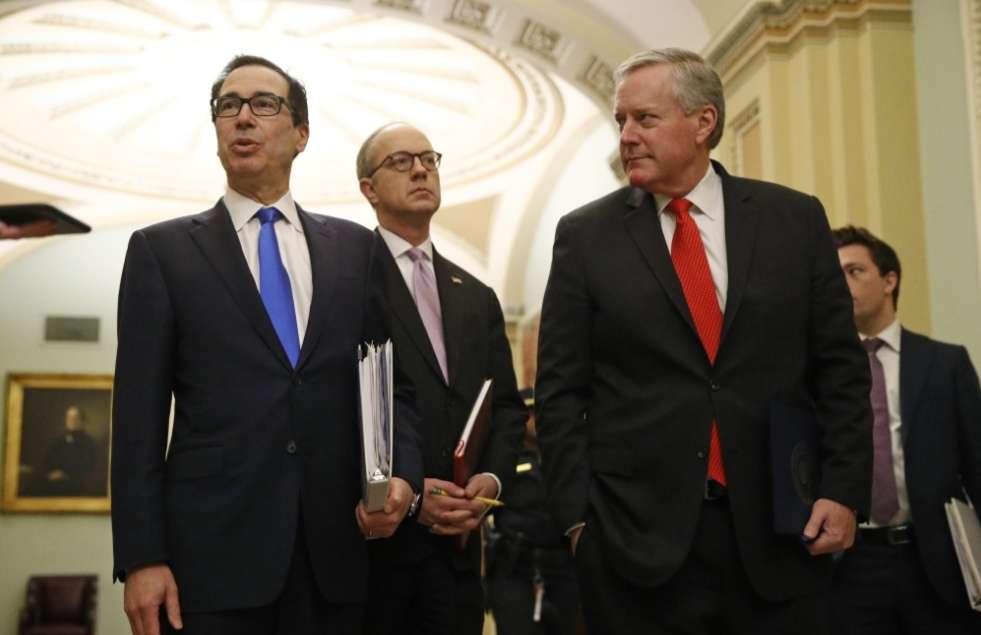 El secretario del Tesoro Steven Mnuchin (izquierda) /AP