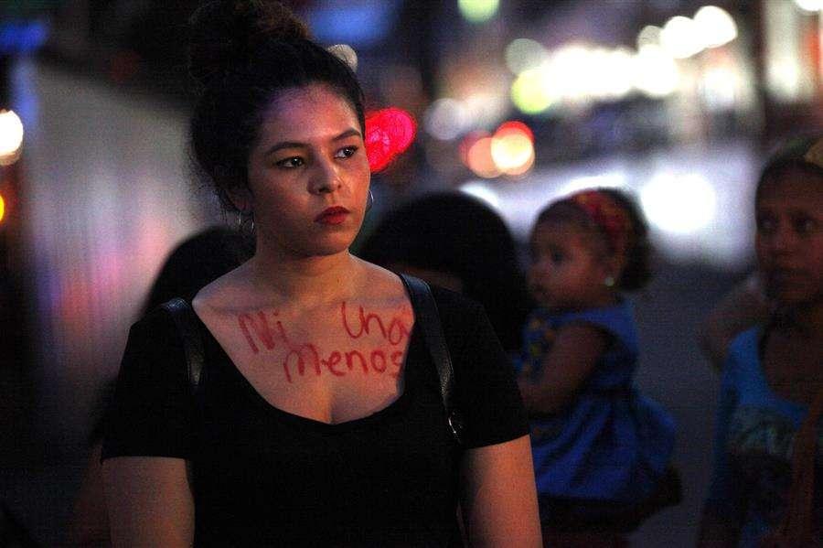 """Una joven con la consigna """"Ni una menos"""" escrita en su pecho participa junto a un grupo de mujeres en una concentración en contra de la violencia machista el 19 de octubre de 2016, en la ciudad de Panamá (Panamá). EFE/Archivo"""