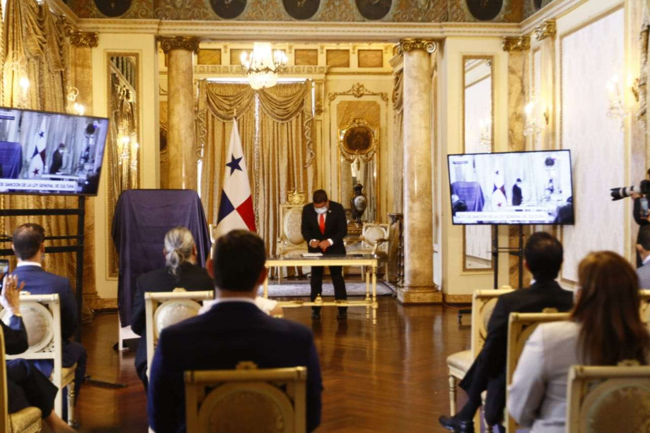 El ministro de Cultura, Carlos Aguilar Navarro también firmó la Ley General de Cultura. Foto: Edwards Santos