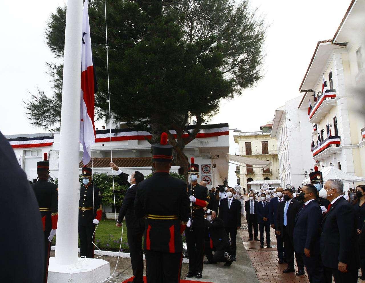 Le correspondió al vicepresidente José Gabriel Carrizo izar la bandera. Foto: Edwards Santos