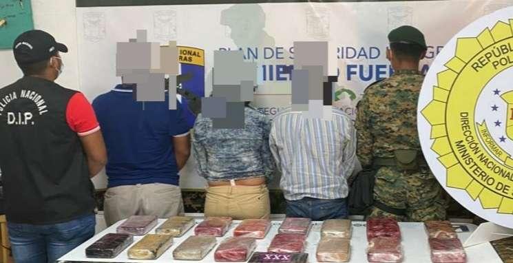 Entre los detenidos figuran dos hombres y una mujer.