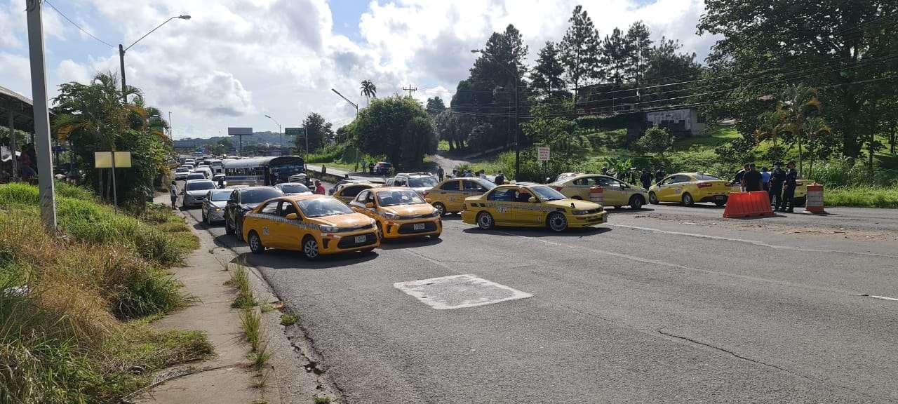 Los transportistas, afiliados a distintas concesionarias, cerraron el paso hacia desde la capital, lo cual originó un severo congestionamiento y altercado con otros conductores.