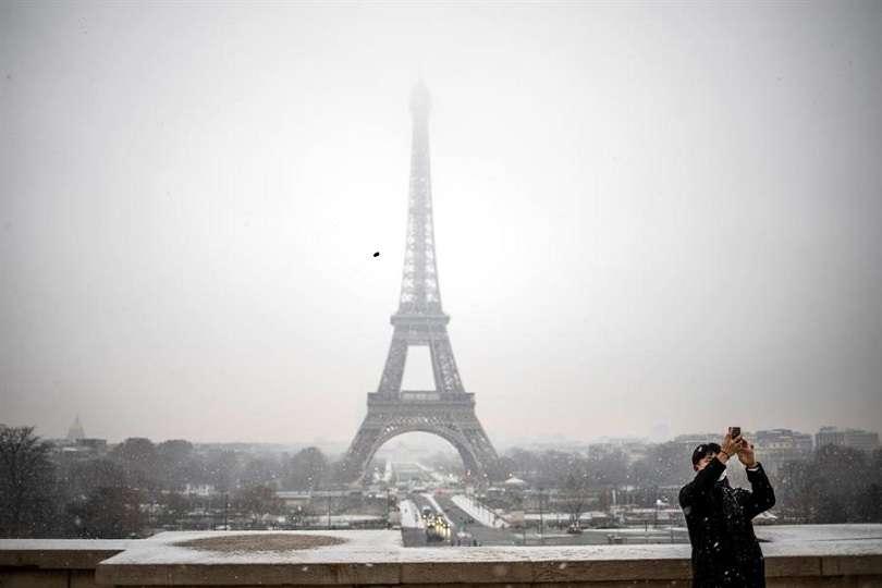 Un turista se toma una foto delante de la Torre Eiffel en París (Francia). EFE
