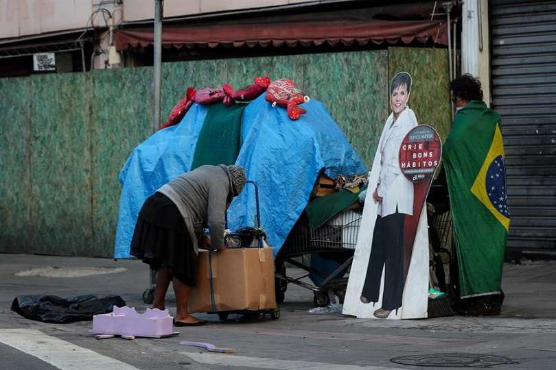En la imagen, dos habitantes de calle mueven algunas de sus pertenencias, en Sao Paulo (Brasil). EFE
