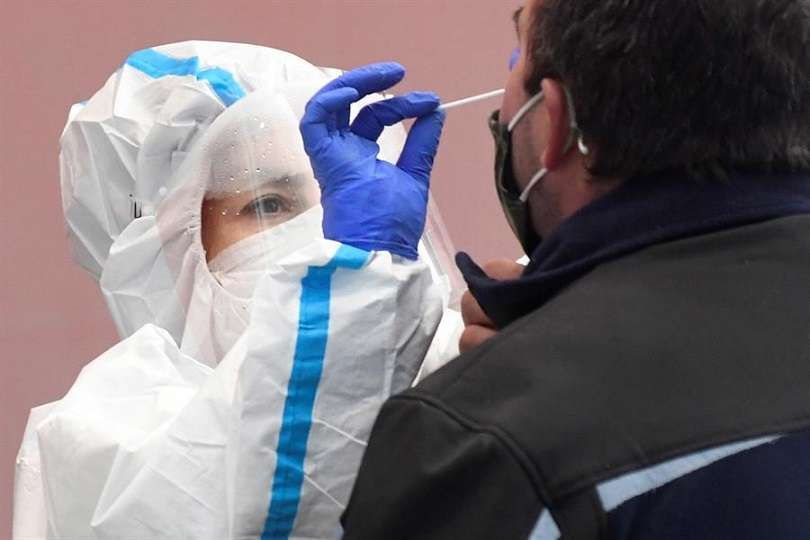 Los fallecidos en la pandemia ascienden a 2,05 millones. EFE