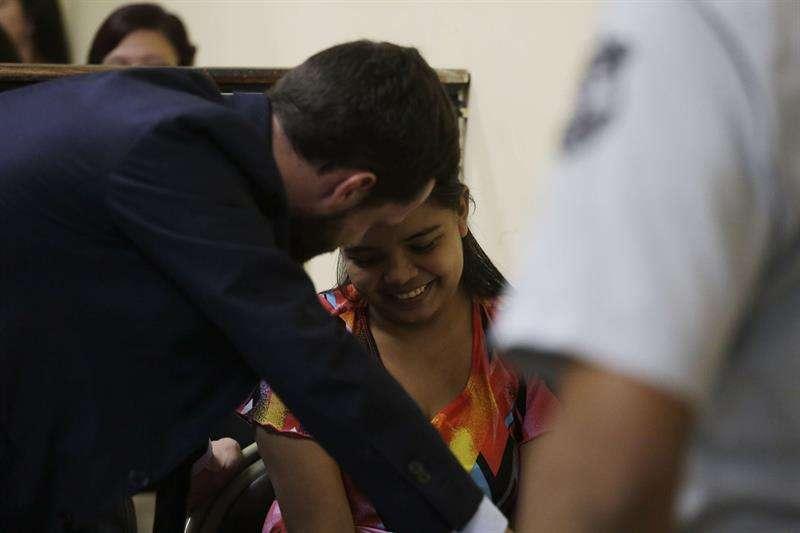 """La joven salvadoreña Imelda Cortez (d), acusada de intento de homicidio cometido al supuestamente abortar, aceptó, un """"juicio abreviado"""" en su contra y el cambio al delito de abandono y desamparo de persona en perjuicio de una menor de edad. EFE"""