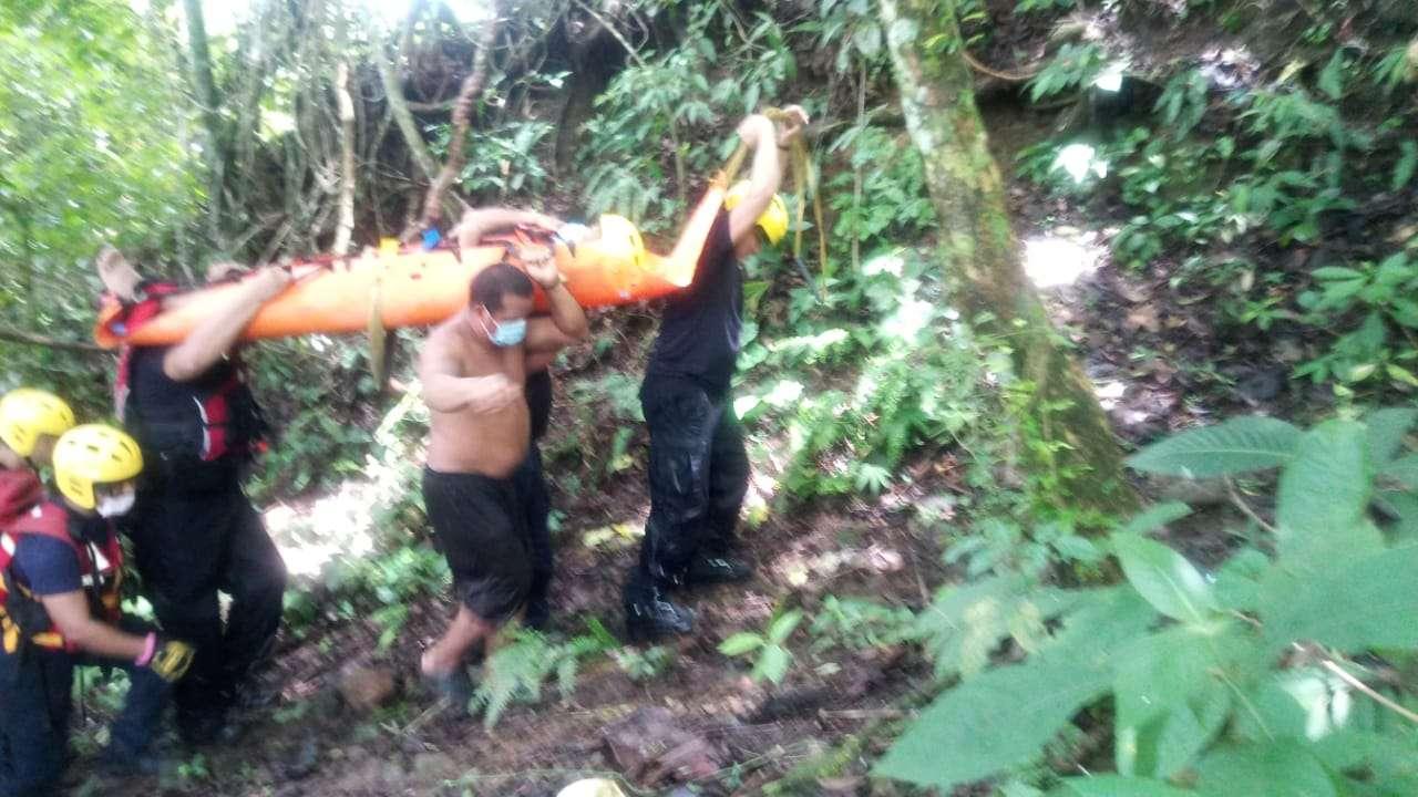 El equipo de los camisas rojas lograron extraer del río a este joven que cayó a una altura de más de 50 metros cuando se mantenía en la comunidad de Gariche.