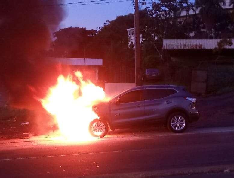 Vista general del vehículo en llamas. Foto: @TraficoCPanama
