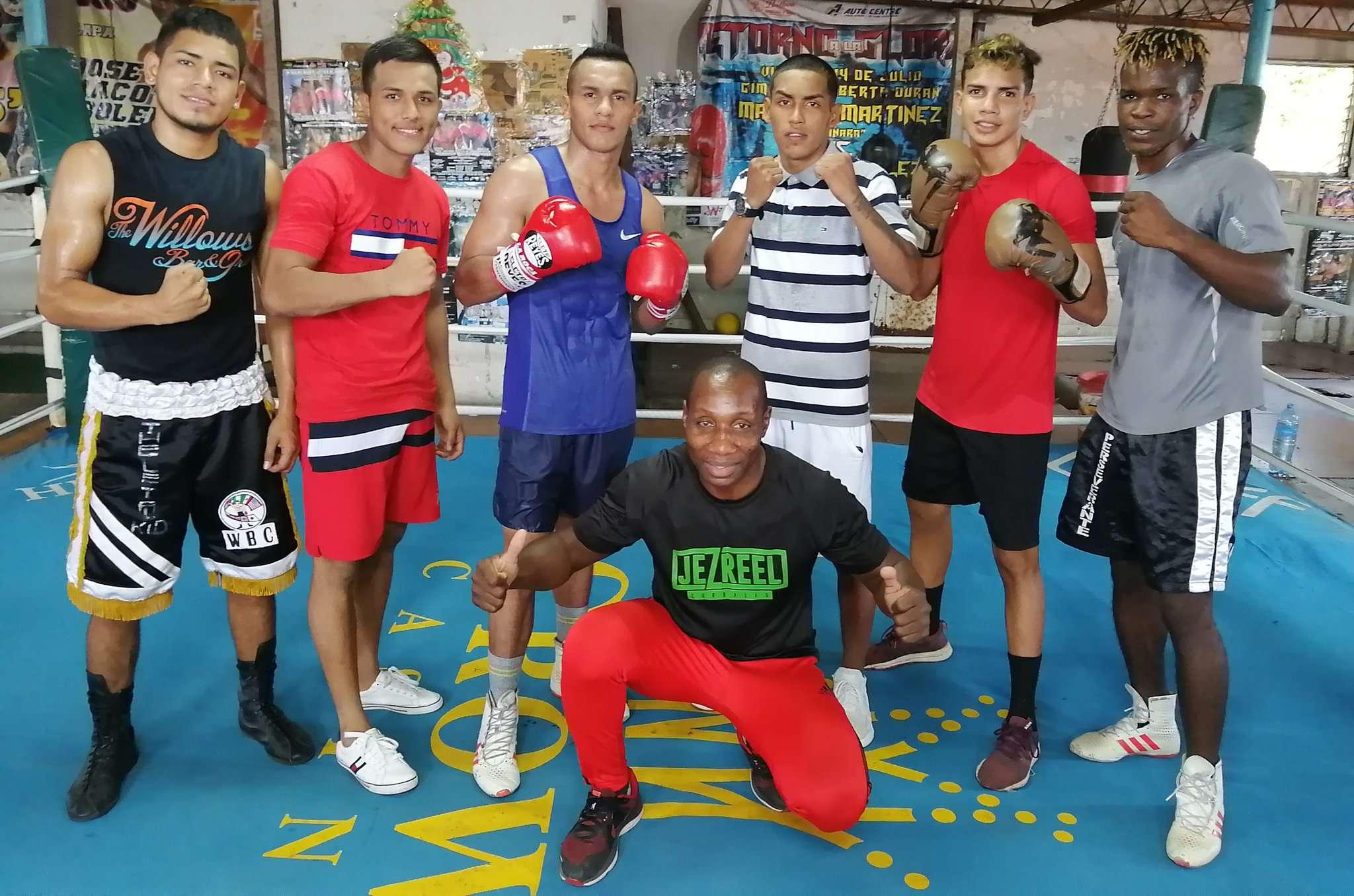 El entrenador Juan Mosquera junto a los boxeadores de la cuadra Los Rockeros.