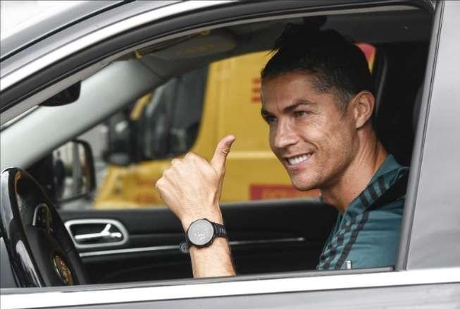 Cristiano Ronaldo cuando se retira de las instalaciones de la Juventus luego de entrenar.