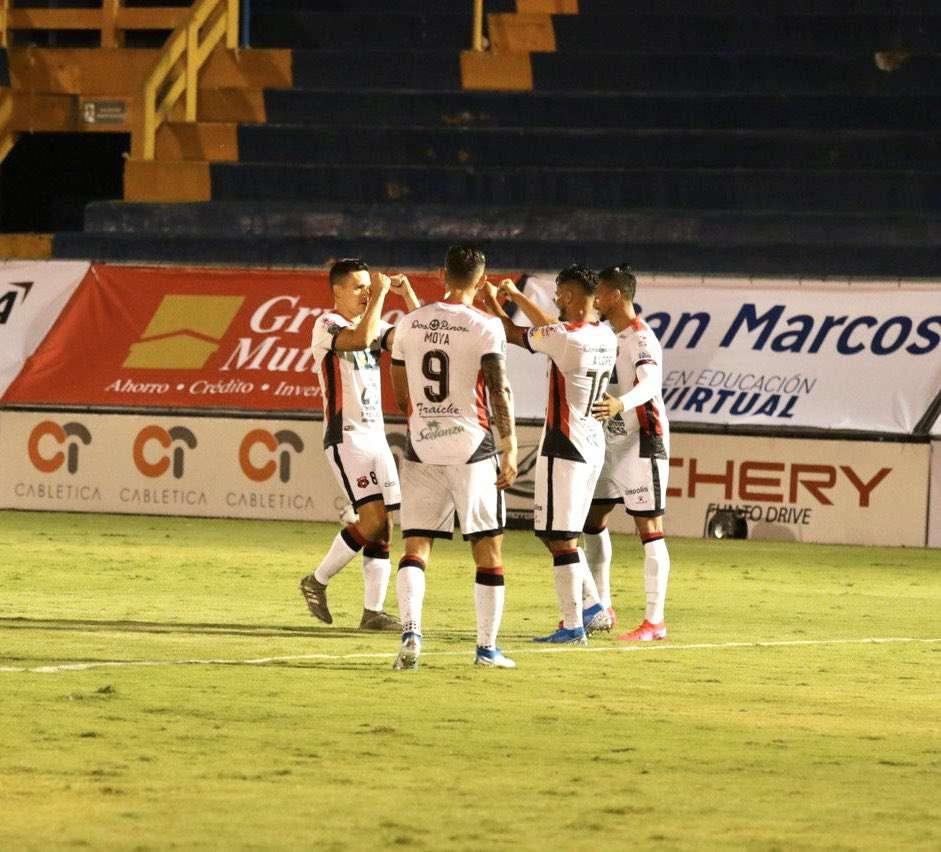 Ayer se reanudó la liga de fútbol de primera división en Costa Rica.