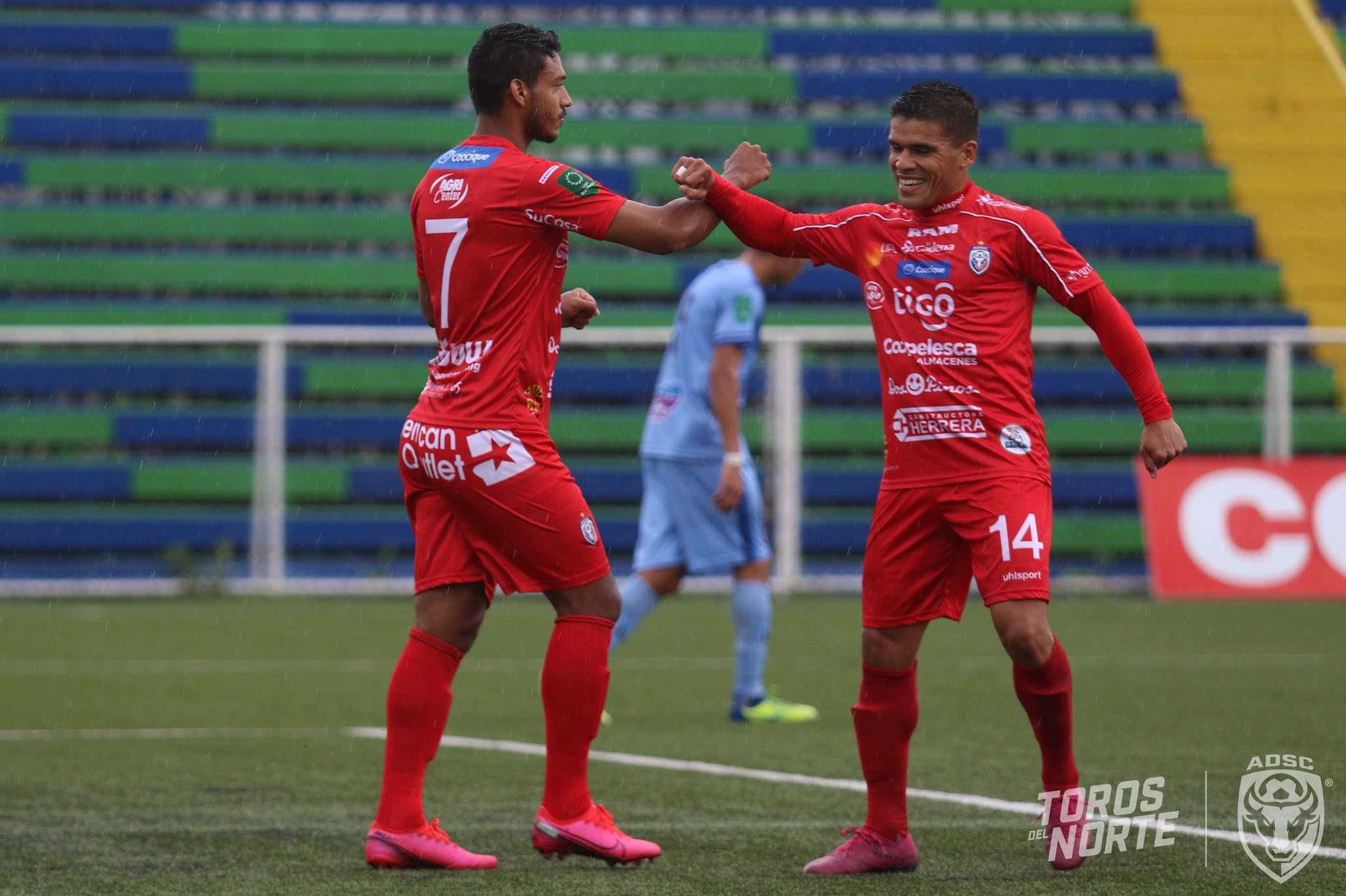 Jorman Aguilar (izq.) celebra el gol anotado.