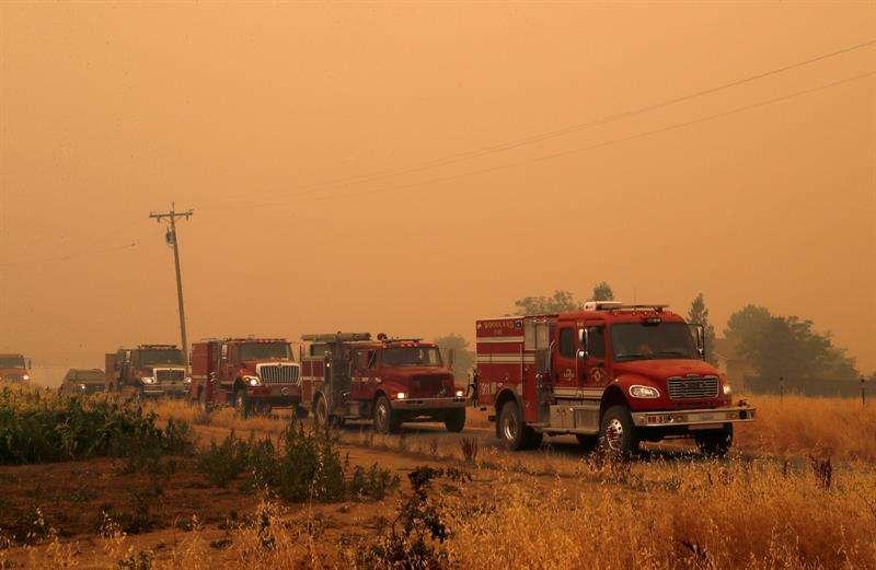 Efectivos de bomberos circulan por una carretera durante las labores de extinción de un incendio en Guinda, California, Estados Unidos, el 2 de julio de 2018. EFE