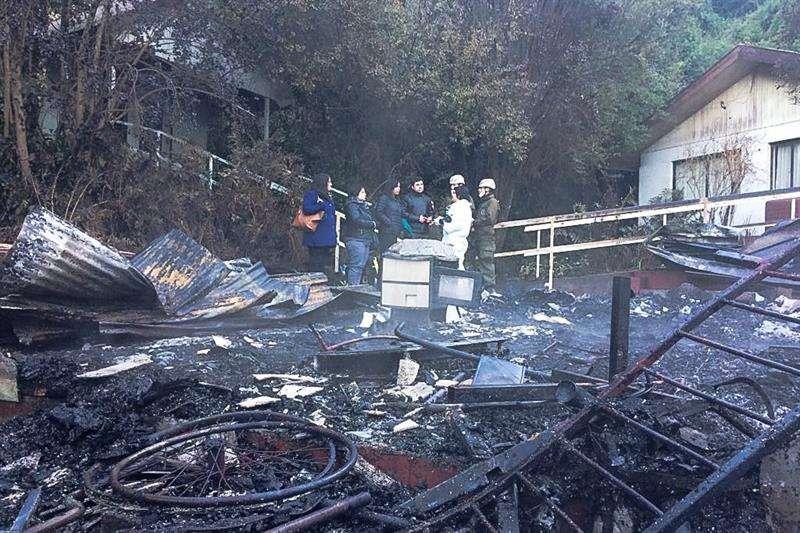 Fotografía cedida por Fiscalía Nacional de Chile de los restos del centro de ancianos que se incendió en la madrugada de hoy, martes 14 de agosto de 2018, en la localidad de Chiguayante, región del Bíobio (Chile). EFE/ Fiscalía Nacional de Chile