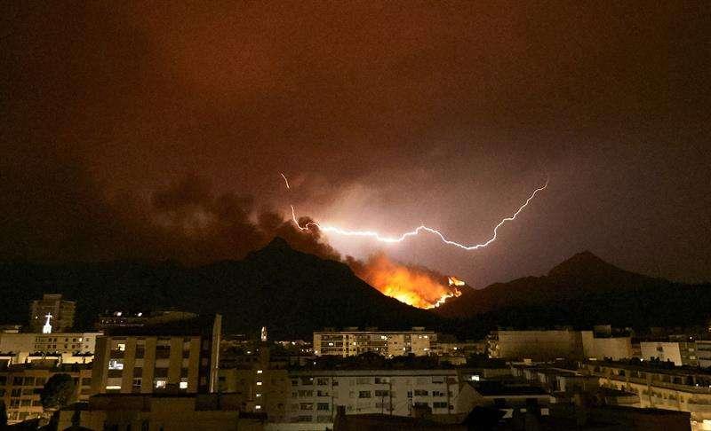 Vista del incendio forestal que afecta a los términos de Llutxent, Pinet y Barx desde la localidad valenciana de Gandía. EFE