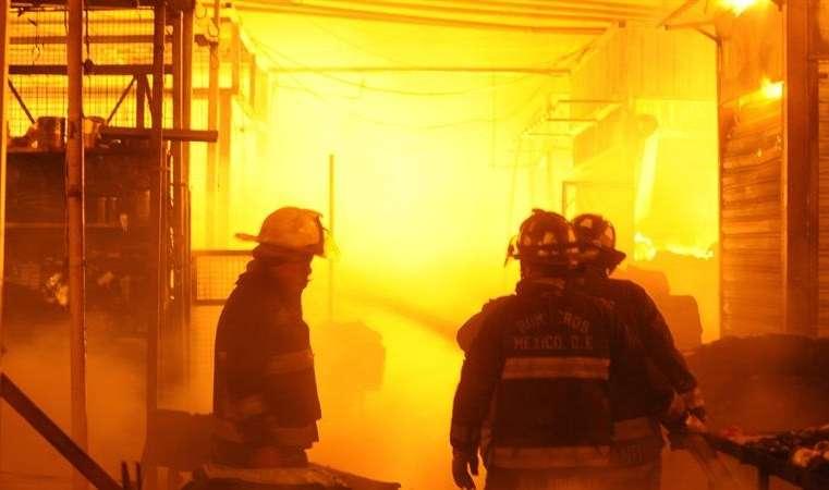 Bomberos trabajan en la extinción de un incendio donde murieron siete personas, entre ellas seis menores, en una casa en Iztapalapa, en el oriente de la Ciudad de México. EFE/Archivo