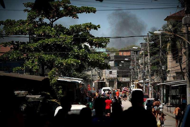 El humo causado por el incendio en una refinería hoy, en Río de Janeiro (Brasil). EFE