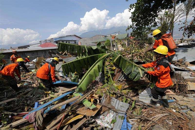 Trabajadores de la Agencia Nacional de Búsqueda y Rescate de Indonesia (BASARNAS) buscan cuerpos bajo las ruinas de una casa cerca de la playa de Talise en Palu, Sulawesi (Indonesia). EFE