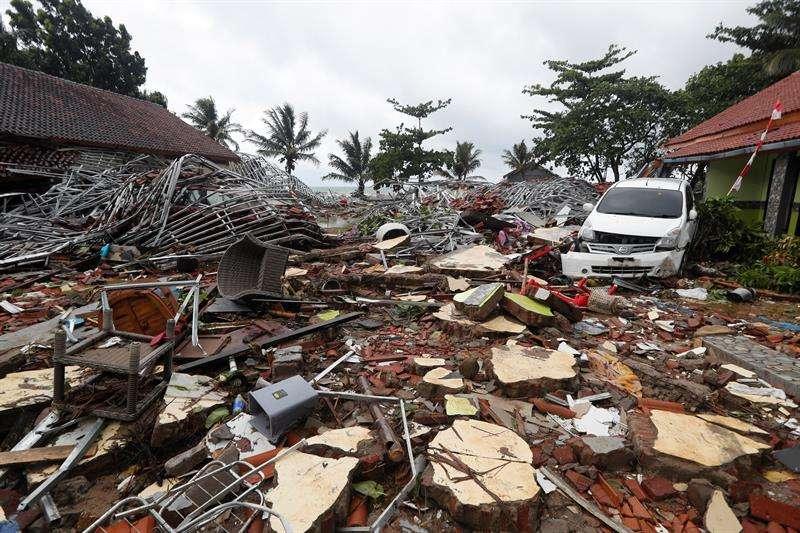Vista de los daños ocasionados por el tsunami que golpeó anoche sin activar las alarmas el litoral del Estrecho de Sonda, entre las islas indonesias de Java y Sumatra. EFE