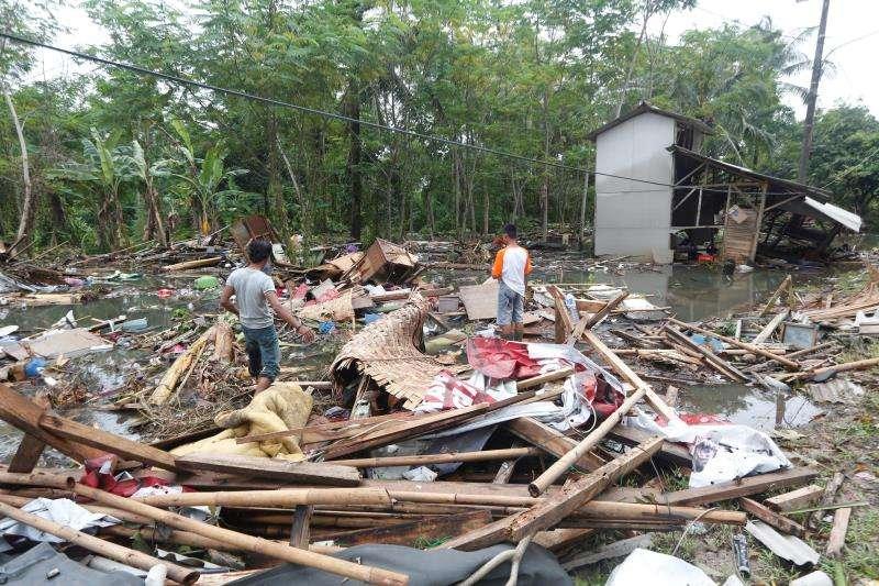 Vecinos recogen escombros en una de las áreas devastadas por el tsunami en Sunda Strait en Carita, Banten, Indonesia, hoy, 26 de diciembre de 2018. EFE