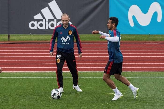 Los centrocampistas, Andrés Iniesta (i), y Thiago Alcántara, durante el entrenamiento de la selección española./EFE