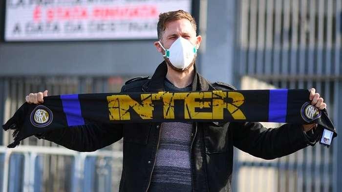 Un aficionado del Inter de Milan porta la bufanda del equipo en plena crisis. / AP