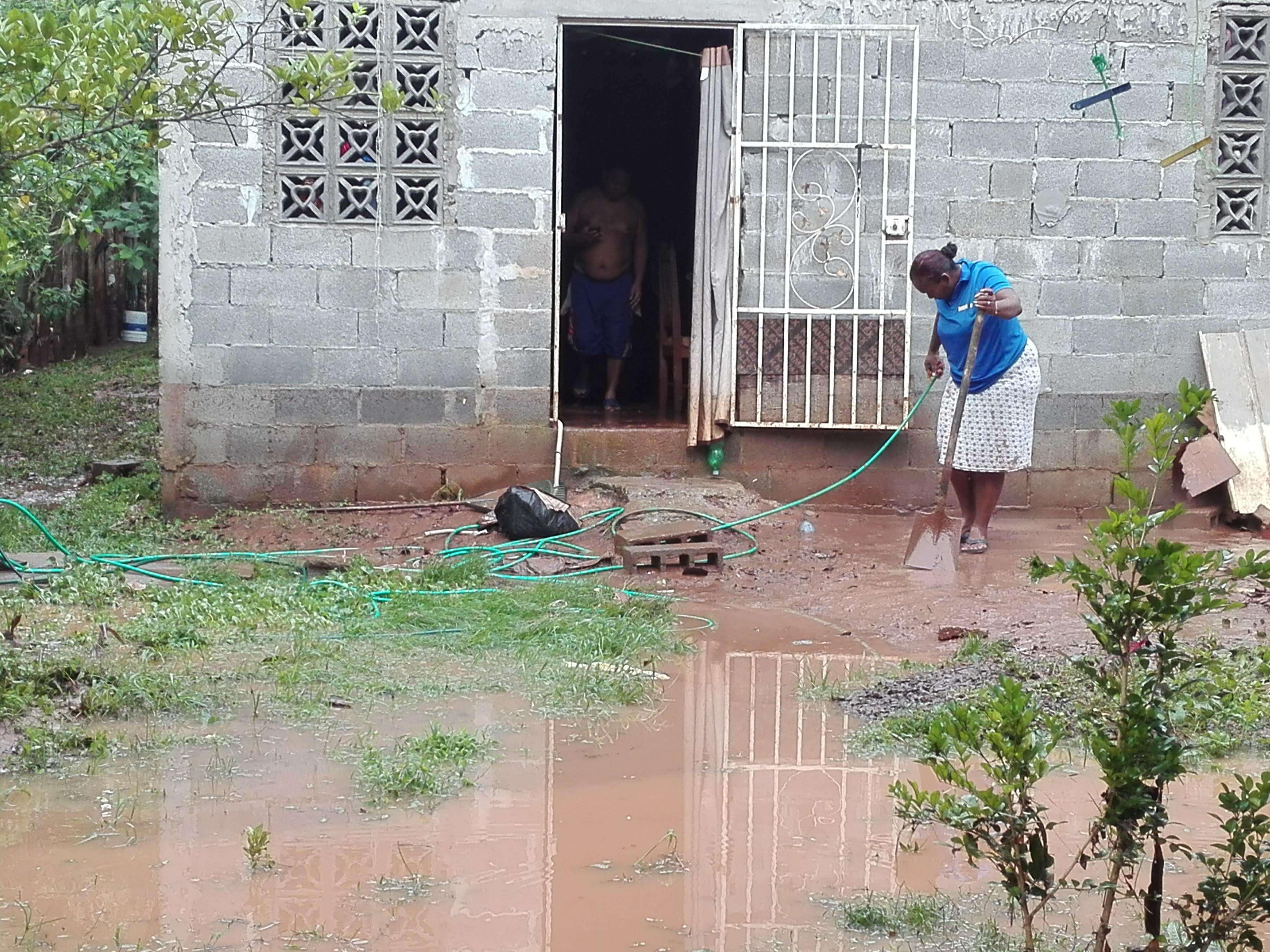 Las familias afectadas pasaron la noche en sus casas cuya limpieza continuaban este domingo para intentar retornara a sus actividades diarias. Foto: Eric Montenegro