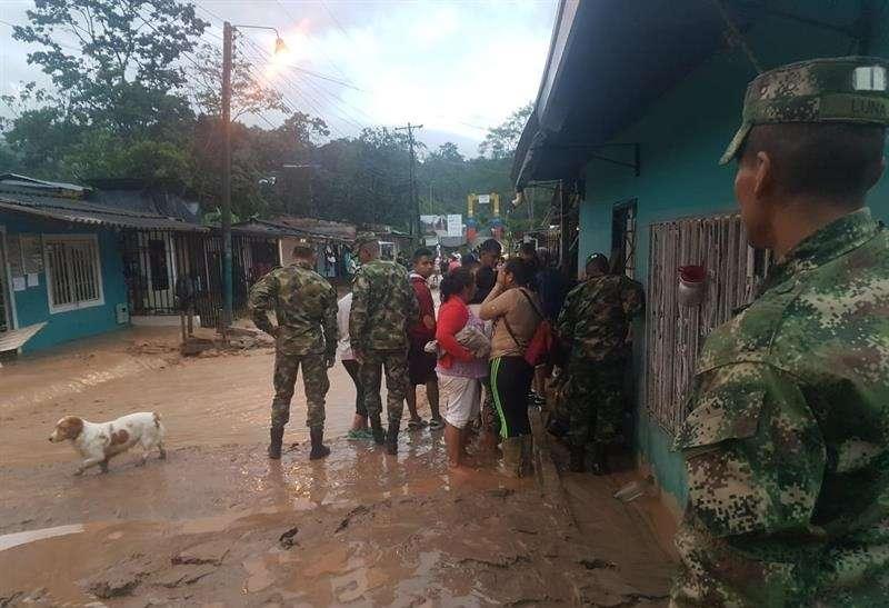 Fotografía cedida por la oficina de prensa del Ejército de Colombia que muestra calles inundadas en Mocoa (Colombia). EFE