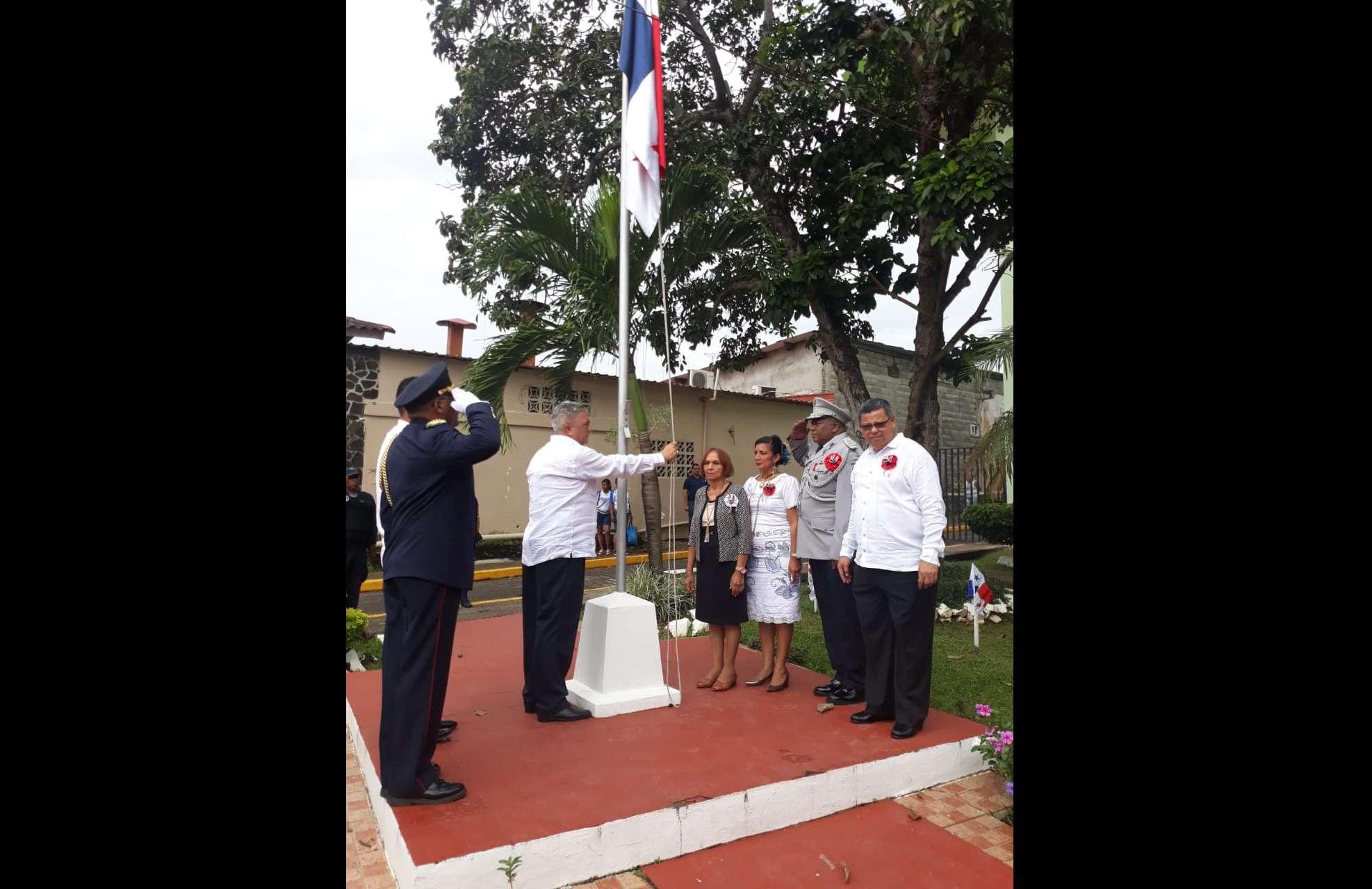 Izada de la bandera por parte del alcalde Tomàs Velásquez Correa. Foto: Eric Montenegro
