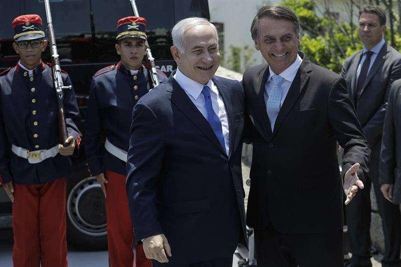 El presidente electo de Brasil, Jair Bolsonaro (d), se reúne con el primer ministro de Israel, Benjamín Netanyahu (i), hoy en Río de Janeiro (Brasil). EFE